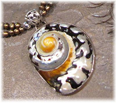 A close up of the pendant~